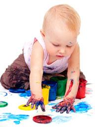 Ребенок рисует пальчиками